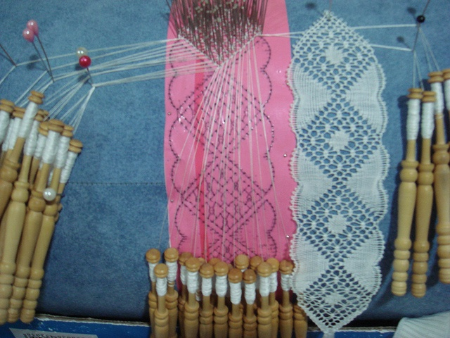 See how pins are used to separate out the bobbins not currently in use.