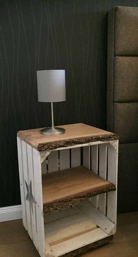 Nachttisch, Beistelltisch im Vintage-Look auf Rollen Tisch wird aus gebrauchter Obstkiste und massivem Eichenholz gefertigt. Oberfläche rau, Eichenbrett geölt, Kiste kann Splitter oder...