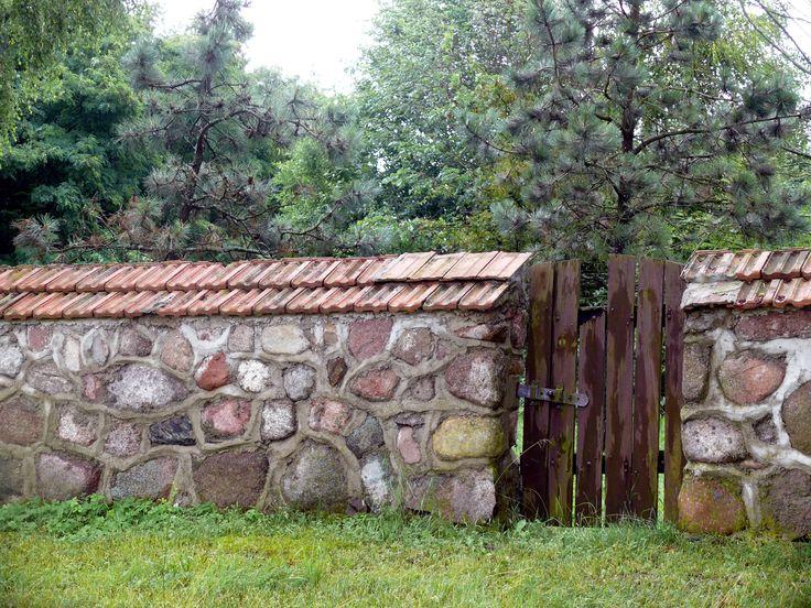 Mur z furtką / Stone fence with gate Kurowo, Narwiański Park Narodowy (Narew National Park)