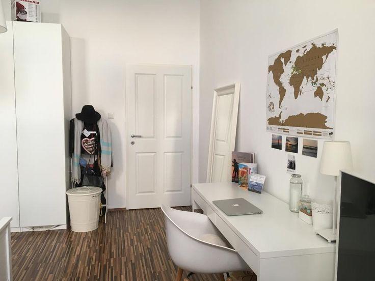 Studentischer Arbeitsbereich in WG-Zimmer in Wien. #desk #Schreibtisch #Kleiderschrank #Homeoffice #Vienna #Wien