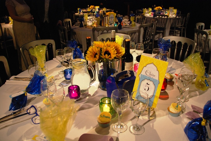 Table settings Sunflowers, royal blue and yellow favours