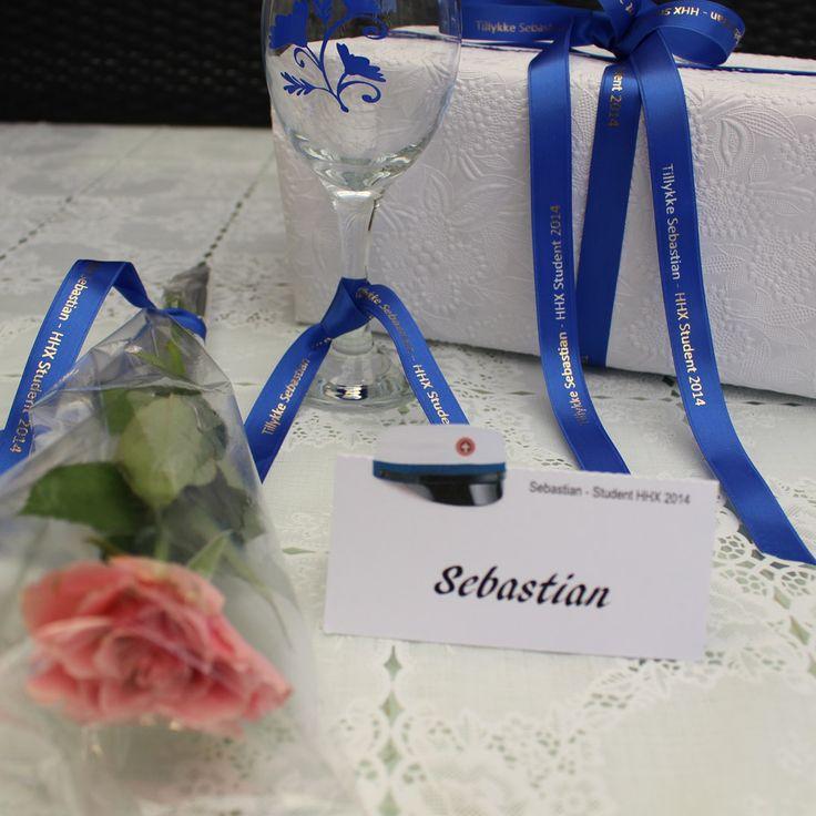 Bind silkebånd med studentens navn om en rose, glasset, gaven, m.m. Studenterfest: Student bordkort med studenterhue kan også købes. Bånd og kort findes til STX, HHX, HTX, HG, HF