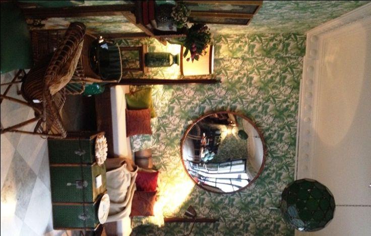 Maravillosas paredes enteladas y fantástico espejo convexo. Showroom de Isabel López Quesada, foto de Pablo Gómez-Ogando.