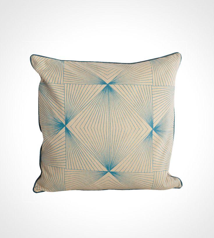 Grafisk pudebetræk i japansk grafisk stil.  Cyber pudebetræk fra Housedoctor, blåt printet mønster, 40x40 cm
