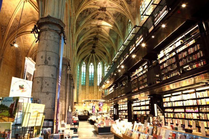 ※こちらの記事は2014年12月21日公開のものです。  オランダ南部にある歴史深い街、マーストリヒト。ここに「世界で最も美しい本屋」があります。2008年、イギリスの新聞『ガーディアン』が世界中の本屋から「世界で最も美しい本屋」を10軒選び発表しました。そのなかの1軒に選ばれたのが、マーストリヒトにある「ドミニカネン」です。