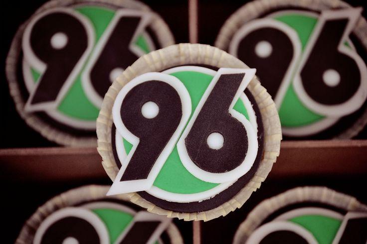 Geburtstagskindern erfüllt man ja gerne mal den ein oder anderen Wunsch. Und ich habe einem Geburtstagskind diese Fußballcupcakes gebacke...