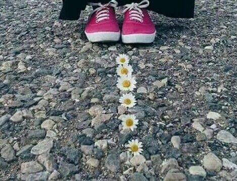 Hayat öyle bir yoldur ki; bazen bu yolda yürürken, ayaklarından çok  yüreğin yorulur...
