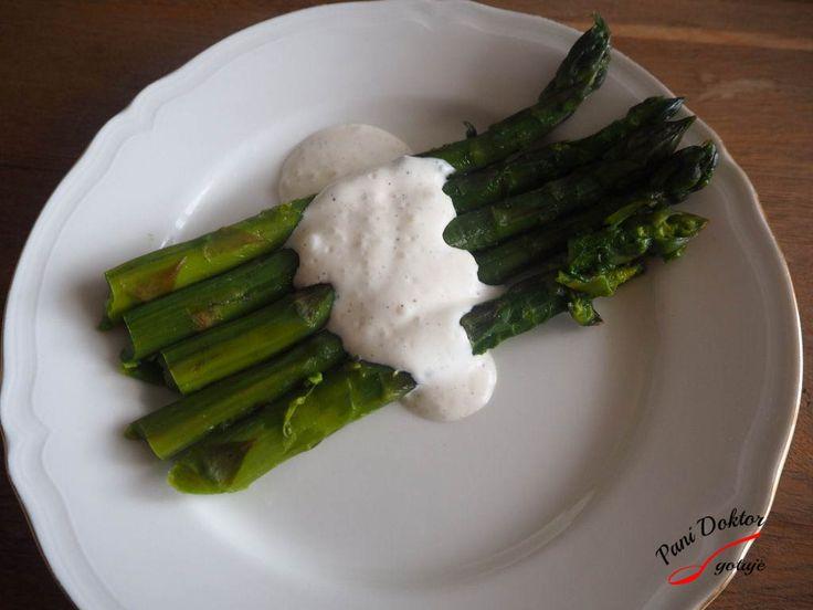 Zielone szparagi i sos majonezowy