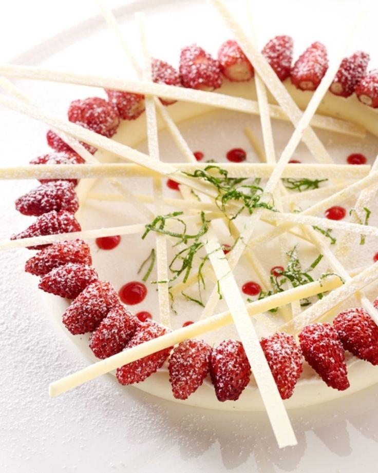 Panna cotta met aardbeien http://njam.tv/recepten/panna-cotta-met-aardbeien