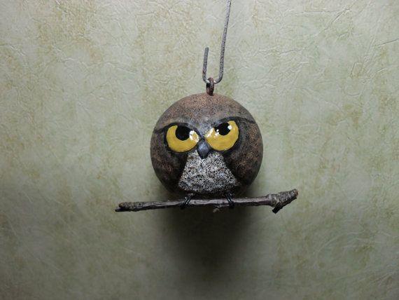 Dit is mijn nieuwste creatie van een golfbal upcycled. Hij is van de hand geschilderd, verzegeld en vervolgens heb ik de draad voeten en een klein takje toegevoegd. Hij heeft een oog van de schroef, zodat hij gemakkelijk hangt. Deze kleine kereltje komt ondertekende en klaar om te geven aan uw favoriete uil minnaar.