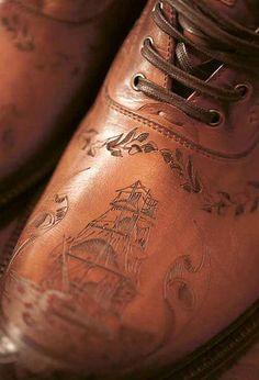 Traje de novio // Grooms dress:  Adoras tanto los detalles como nosotros? Precioso grabado en curo para unos zapatos de novio  #novio #noviochic