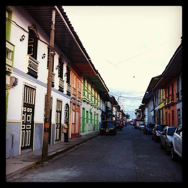 Calles compuestas por tan solo casas construidas durante la Colonizacion Antioqueña. Foto gracias a http.//instagram.com/copetonsabanero