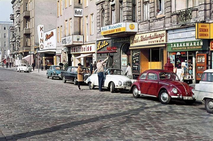 """1960er Berlin - Stuttgarter Platz: Die Gegend galt in den 60er Jahren als Nachtschwärmerviertel, wovon die """"Leila Tanz-Bar"""" zeugt. An Stelle des Kinos Mascotte befindet sich heute (2013) ein Apartmenthaus mit Spielothek im Erdgeschoss. Die Hotels gibt es noch, sie heißen nur anders. Und das """"Montmartre"""" hat keinen Stuck mehr. Die Entstuckung sollte die Häuser moderner machen. (Foto: Heinz Noack)"""