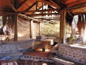 EL quincho grande, fue construido a una distancia de la casa para poder celebrar fiestas sin interumpir la tranquilidad de la casa, cuenta con baños propieos y espacio para mas de 30 personas.