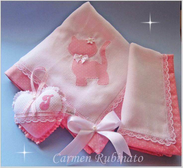 Fralda dupla Luxo Cremer branca, com aplicação e barrado em tecido 100% algodão. <br>Acompanha fralda de boca, com mesmo barrado, sache perfumado. <br>Embalagem de tule. <br>Cor e aplicação à escolher.