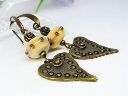 Boucles d'oreilles bohêmes et romantiques réalisées à partir de perles en verre filé au chalumeau de manière artisanale par Verre et Cuivre. A tendance ethnique, ces perles - 20735366