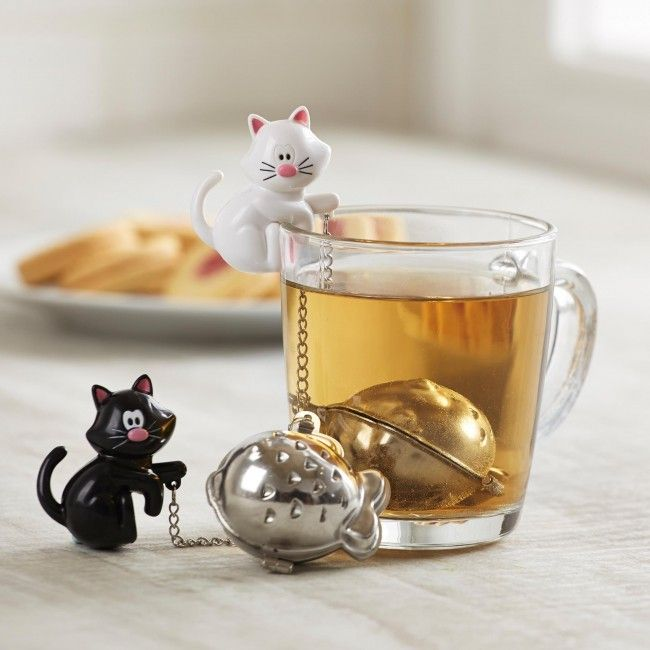 Make delicious loose leaf tea with this adorable Sevy Pekoe 'Meow' Tea Infuser. The little can sits securely on the lip of your mug while the stainless steel 'fish' tea ball infuses your tea.