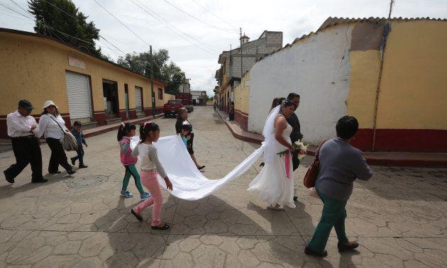 La foto que celebra al amor en medio de la tragedia en Totolapan, Morelos