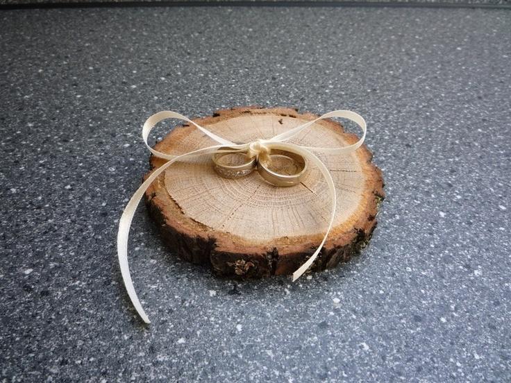 """Ring""""Kissen"""" aus Holz. Sehr originell!"""