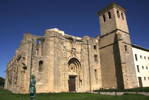 """Extramuros se encuentra el Monasterio de la Victoria, del S. XVI, de gran belleza gótica, que ha sido restaurado tras dejar de ser el famoso """"Penal del Puerto"""", donde fueron recluidos famosos políticos tras la Guerra Civil Española."""