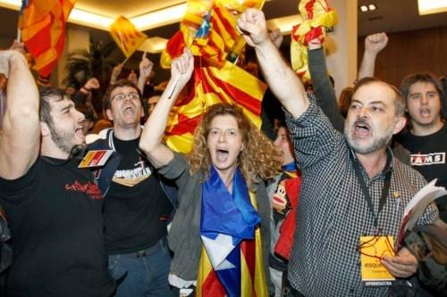 Simpatizantes de ERC celebran sus resultados en la sede del partido.