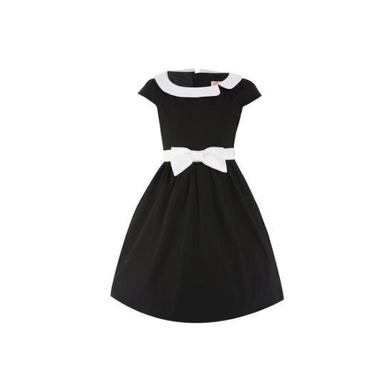 Retro šaty Lindy Bop Mini Chloe Black I docela malé slečny chtějí být krásné a co nejvíce se podobat své mamince. Mini kopie dámských retro šatů ve stylu 50. let vhodné na svatbu, do divadla, narozeninové focení nebo Vánoce. V decentní černé barvě doplněné efektně kontrastní bílou barvou v podobě límečku a pásku s mašličkou, rozšířená sukně, zapínání na zip vzadu, příjemný materiál (97% bavlan, 3% elastan).