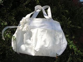 dai sacchetti di plastica ad una borsa x uscire....