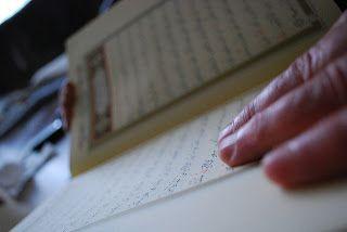 """CARA AGAR BISA MENGAMBIL FAEDAH DARI BACAAN AL-QURAN KITA  Pertanyaan : """"Bagaimana cara agar aku bisa mengambil faedah dari bacaan Al-Qur'an- ku di bulan Ramadhan?"""" Jawab : Anda -insya Allah- akan bisa mengambil faedah dari bacaan al-Qur'anul Karim jika Anda mengikhlaskan niat dan Anda berusaha membaca al Quran sebagaimana dahulu Rasulullah shallallahu alaihi wa sallam membacanya. Allah akan memudahkan bagi Anda memahami makna-makna dan mentadaburinya dengan beberapa hal berikut : 1…"""