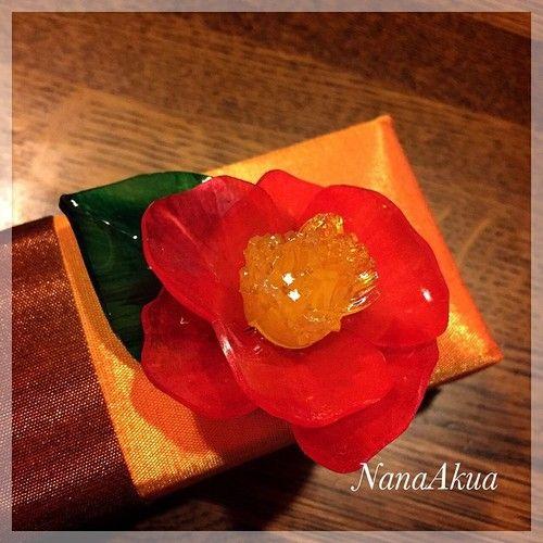 11月18日に須坂市の呉服屋「綿幸」さまで開催する『プラバンで帯留め、帯飾り、カンザシを作るワークショップ』用サンプルを制作。 椿の大きめな帯留めです。 金具以外は材料プラバンのみ。 着色は油性マーカーのみ。 #shrinkplastic #camellia #shrinkydinks #kimono #椿 #プラバン #プラ板 #帯留め