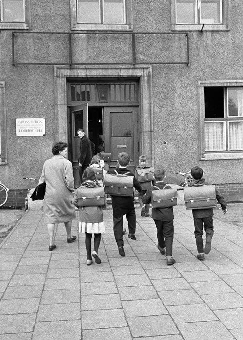 Schüler in einer Oberschule in Berlin Köpenick 1965 #60er #schwarzweiß #Fotografie #photography #historisch #historical #traditional #traditionell #retro #nostalgic #Nostalgie #Schule #School #Schüler #Lernen #Studieren #Bildungseinrichtung #Unterricht #Schulzeit #Ausbildung #Schulranzen #Ranzen #Schulweg #Schulgebäude