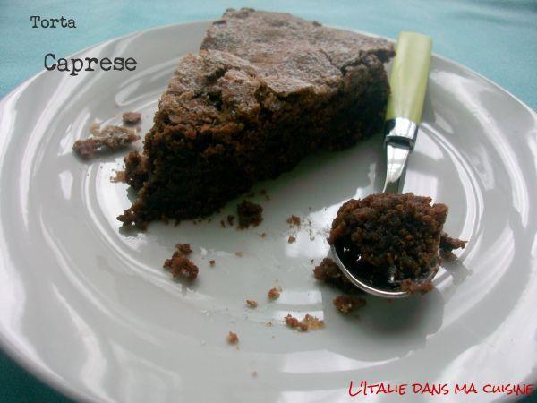 """Parmi les recettes traditionnelles de Capri les plus connues, nous trouvons la """"torta caprese"""". La légende nous raconte que durant les années 1920, un pâtissier, Carmine Di Fiore, devait préparer un gâteau pour trois malfaiteurs américains de passage à Capri pour se procurer une paire de guêtres pour Al Capone. Il aurait oublié d 'y mettre la farine. Le gâteau eut alors un grand succès ! Merci """"AgatheItalia"""" ! ==> http://www.ptitchef.com/recettes/dessert/torta-caprese-fid-1545613 #ptitchef…"""