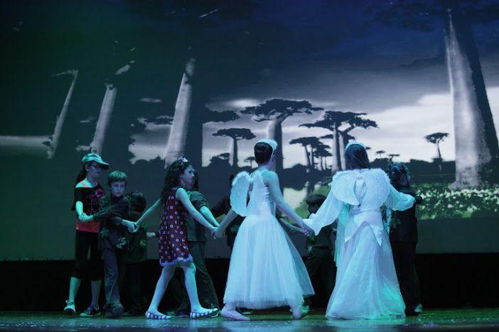 Una scena dello spettacolo «Se fosse per me, farei la pace» che gli «Attori in erba» hanno rappresentato nella serata di venerdì 27 maggio 2016 al teatro Sociale di Busto Arsizio. Foto: Danilo Menato.