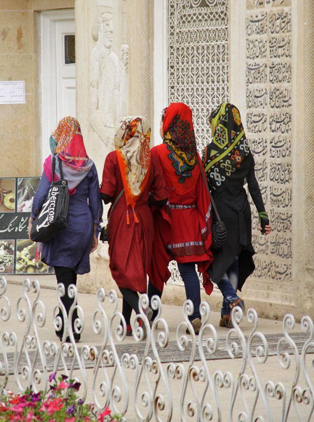MAX NEUFEIND: Eine Gruppe von Mädchen flaniert durch den Eram Park in Shiraz. Er ist vor allem für junge Pärchen aus der oberen Mittelschicht ein beliebter Treffpunkt.