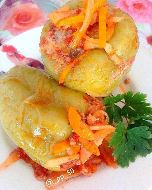 Фаршированные перцы Ингредиенты: * фарш (любой) - 400 г, * перец - 8-10 шт, * рис - 2-3 столовых ложки, * лук - 2 шт, * морковь - 1 шт, * чеснок 2 зубчика, * пастернак - 1 шт, * томат/томатная паста - 2-3 ст.ложки, * оливковое масло (для жарки, либо а/п сковорода), * щепотка сахара, * соль, * свежемолотый перец, * вода - 500 мл (или немного больше) Приготовление: •Перец вымыть, аккуратно вырезать семенную коробку, еще раз промыть от семян и обсушить бумажными полотенцами. •Приготовить…