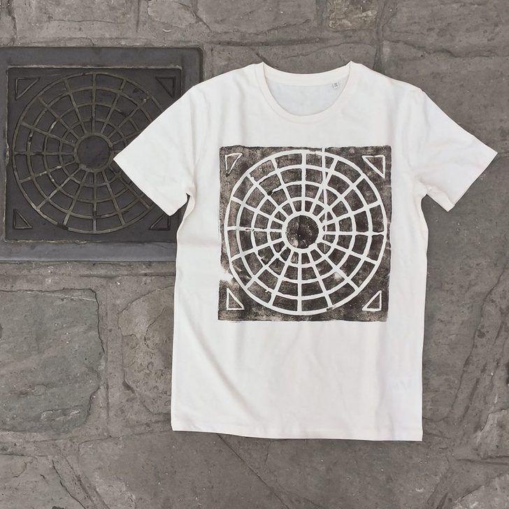 Jetez un coup d'oeil par terre, il se pourrait bien que certains marquages au sol deviennent des collections d'une marque de vêtement. Si vous êtes sceptique, sachez qu'une artiste allemande a...