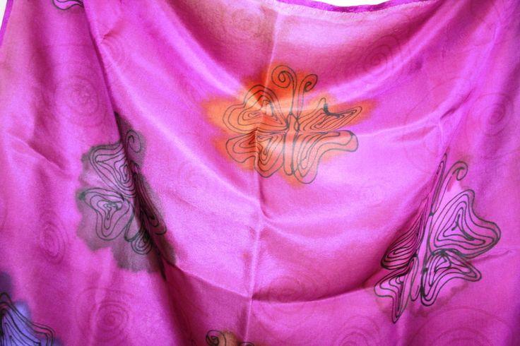Lenço de seda pura 67x69cm pintados a mao na cor carmim com borboletas estilizadas em tracos pretos. A seda pura eh muito leve e proporciona charme especial a quem usa. Voce pode escolher usa-lo da maneira que mais lhe agrada.