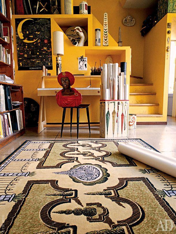 """Piero Fornazetti _ Рабочий кабинет на втором этаже. У стола стоит стул """"Мавр"""", созданный ПФ в 1950-х годах. На полу — ковер, дизайнер Барнаба Форназетти."""