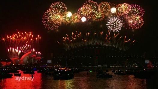 Comme chaque année, c'est l'Australie qui a ouvert le bal des festivités en passant en 2015 à 14h, heure française. À Sydney, les Australiens ont pu admirer le traditionnel feu d'artifices au-dessus de l'Opéra. Des tonnes d'explosifs ont été tirées en gerbes multicolores. Plus d'un million et demi de personnes ont assisté au spectacle.  Après l'Océanie, l'Asie. Dans la capitale japonaise, quelque 2.000 personnes ont lâché des ballons contenant leurs vœux pour la nouvelle année, à côté de la…