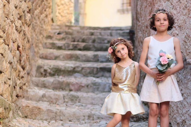 Miss de Mars, cortège, demoiselle d'honneur, robes enfants, mariage, luxe enfant, robe à sequins, robes en soie, mode fille, tenue enfant mariage, cérémonie, cérémonie enfant, tenues de cérémonies, couronnes de fleurs, coiffure mariage