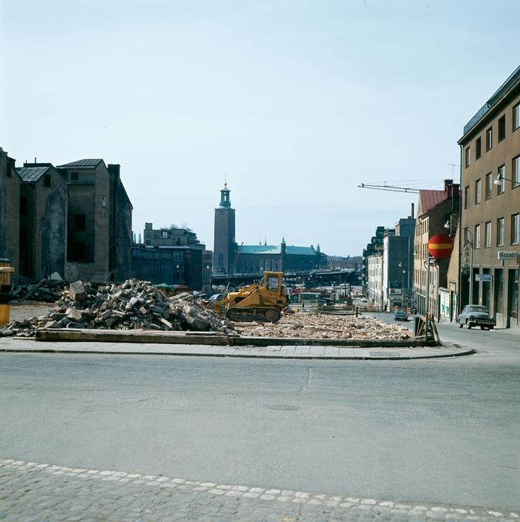 Rivning av kv. Wahrenberg i Klara. Vy från Brunkebergstorg ned till Stadshuset. Närmast t.h. i bild Vattugatan och kv. Frigga. 1967