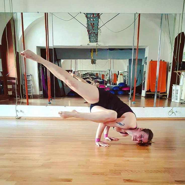 """67 To se mi líbí, 5 komentářů – Eva Studničková (@ewik_a) na Instagramu: """"Day 2 #bringontheheat yoga challenge. Side crow pose 😊 #yogachalleng #challenge #flexibility…"""""""