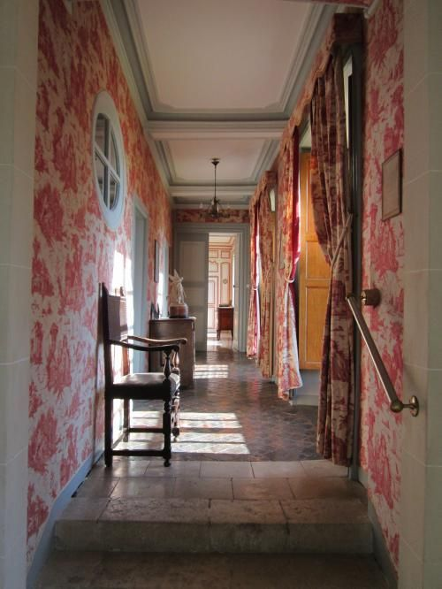 toile walls in this French hall