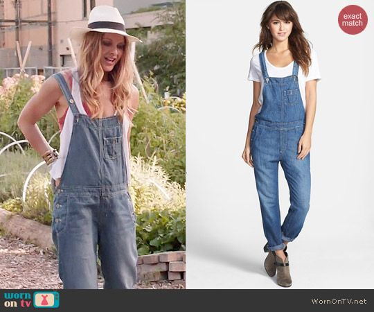 Phoebe's denim overalls on Girlfriends Guide to Divorce. Outfit Details: http://wornontv.net/44828/ #GG2D
