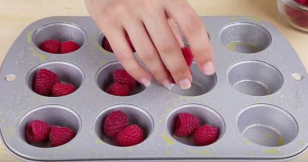 Hun tar ferske bær og tilsetter kun to ting - ut av ovnen kommer en himmelsk dessert