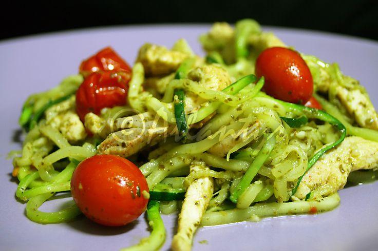 Ingredientes (2 doses)   3 a 4 bifes de frango   1 courgette média   12 tomates cereja   1 colher de sopa de molho pesto (de preferênci...