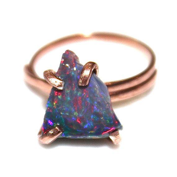 Este anillo de ópalo negro de forma libre es rústico y hermoso! Cuenta con una gran pepita de crudo ópalo negro llamativo en un tono azulado con deseables destellos de azul, verde y rojo en un diente conjunto rosa oro vermeil anillo ajustable.  Nota - Este ópalo es muy orgánica y tiene imperfecciones y formas naturales. Sublime!  payton xoxoxo  Para joyería se ve más cool, echa un vistazo http://www.etsy.com/shop/FizzCandy  Todas las creaciones de FizzCandy vienen bellamente envueltas en…
