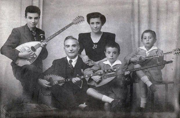 Ο Στέφανος Μιλάνος με τη σύζυγο και τα παιδιά του, Κάρολο, Νίκο και Στάθη, στα 1938 (Ηλιας Βολιωτης). Τα ταμπουρομπούζουκα ειναι δύο εδω. Ο συχωρεμένος ο κυρ-Κάρολος δεν έλεγε αν υπάρχουν ακόμα και που ...Stephen Milanos with his wife and his children, Charles , and Nick Stathis , in 1938 ( Elias VOLIOTIKO ) . The tampourompouzouka are two here . The sychoremenos Kyr - Charles did not say if there are even that ...