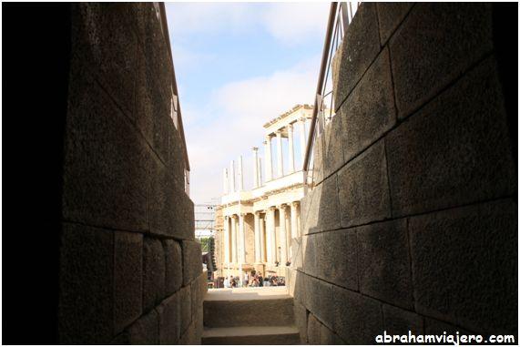 No es el mejor dia que he elegido para visitar este impresionante teatro romano de Mérida, ya que estan levantando un ecenario para un concierto, pero bueno a ver que se puede hacer. No me puedo ir sin visitar el mas emblematico de los monumentos de Mérida Teatro...
