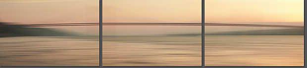 Josh Von Staudach, Ponte 25 de Abril, 2011 / 2011 © www.lumas.de/ #LumasAbendrot,  Abstrakt,  Architektur,  beige,  Brücke,  Brücken,  Europa,  Fluss,  Flüsse,  Fotografie,  Landschaft,  Lissabon,  Mehrteiler,  Portugal,  Sonnenuntergang,  Triptychen,  Triptychon,  unscharf,  verwischt,  Wasser