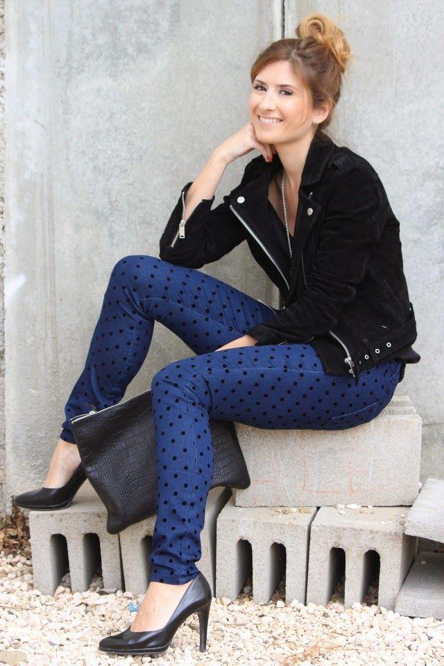 Look con cazadora de piel y pantalones de lunares A trendy life.